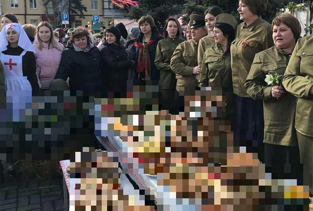 Еда с символами Великой Отечественной Войны и участники праздника