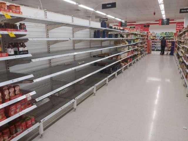 Пустые полки в супермаркете