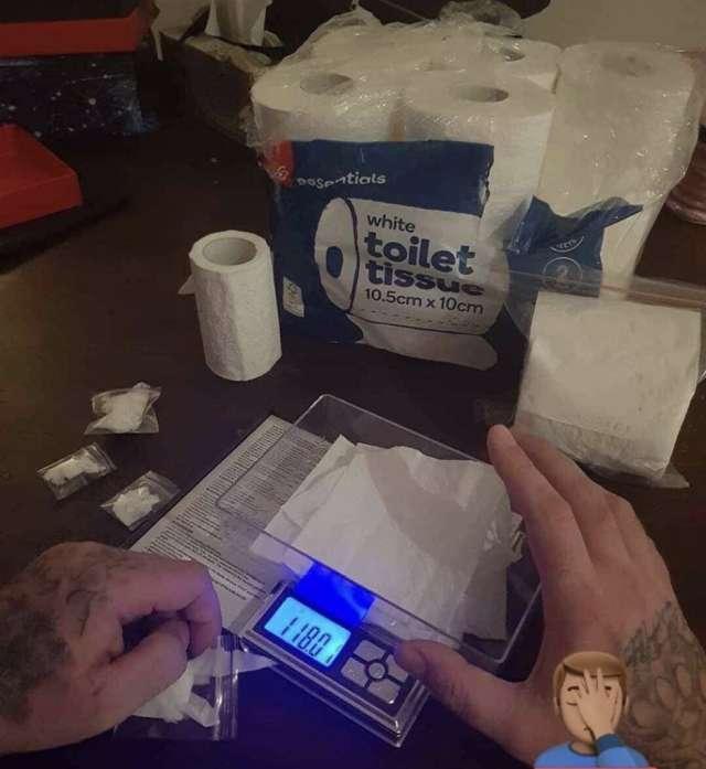 Взвешивает туалетную бумагу