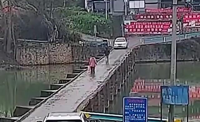 Люди идут по мосту - машина едет навстречу
