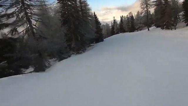 Спуск по заснеженной трассе на лыжах