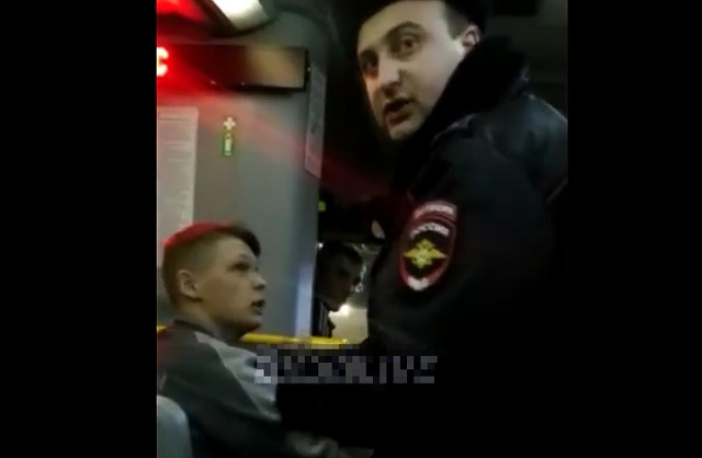 Полицейский в автобусе