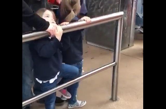 девочка у перил