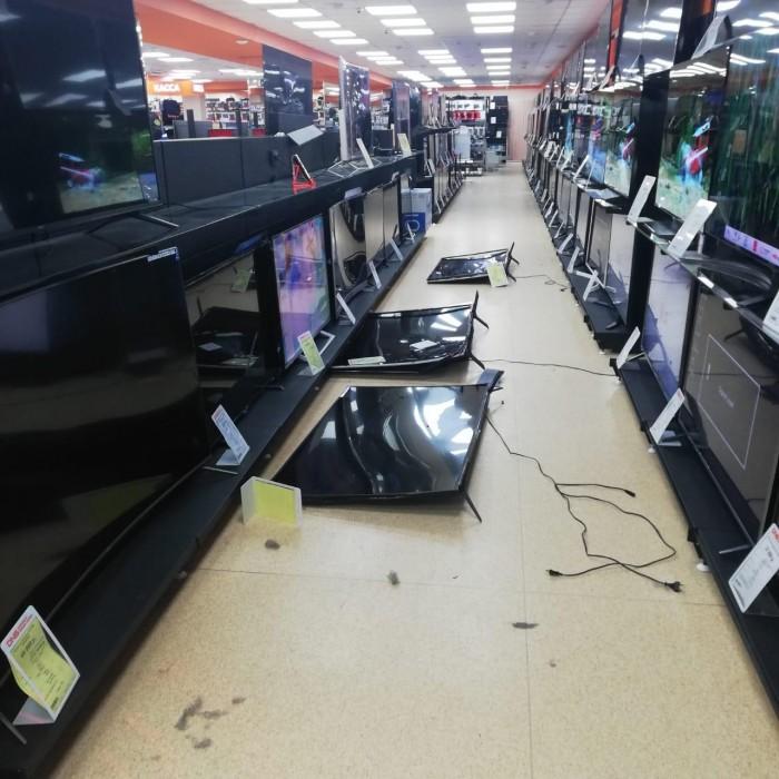 Неадекватный мужчина разнес магазин электроники (3 фото + видео)