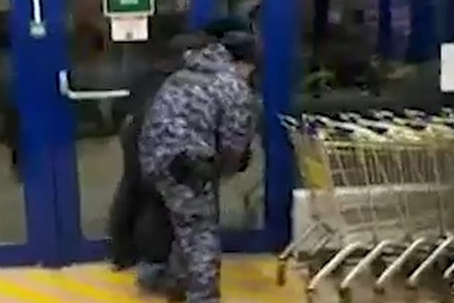 """Охрана и полиция задерживают молодого человека в магазине """"Лента"""""""