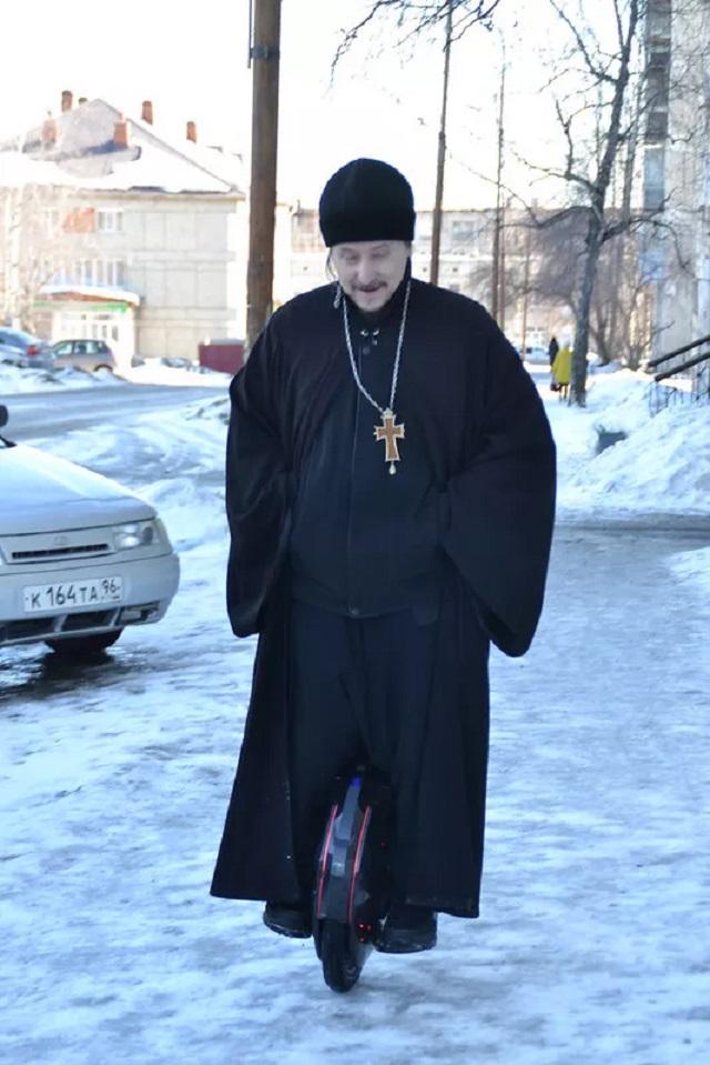 Священник на моноцикле