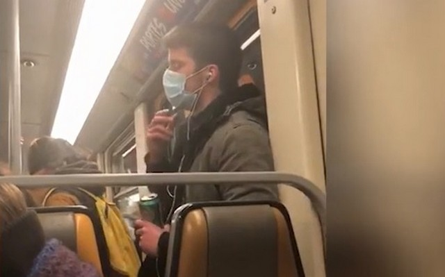 Мужчина в маске едет в Брюссельском метро
