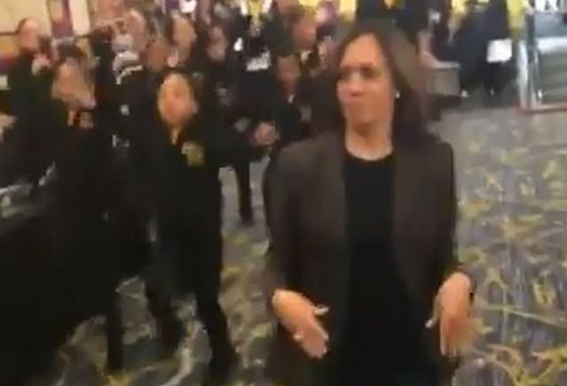 Женщина в костюме танцует