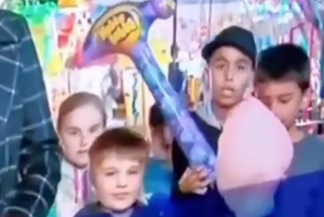 Дети в прямом эфире едят сладкую вату