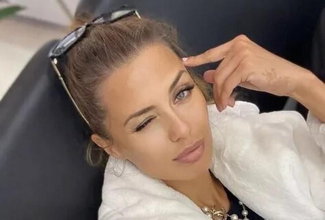 Виктория Боня в очках и полотенце лежит на диване