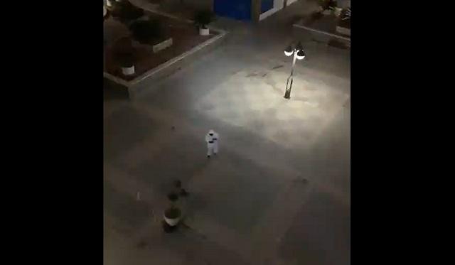 Танцует в защитном костюме