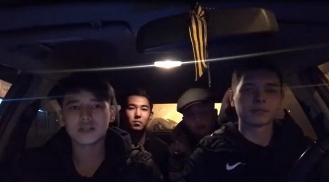 Молодые люди читают рэп в машине