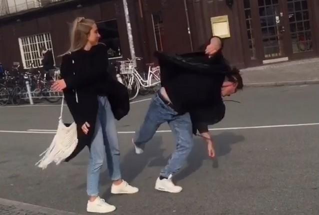 Девушка ударила парня на улице