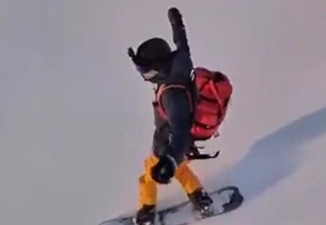 Сноубордист на снегу