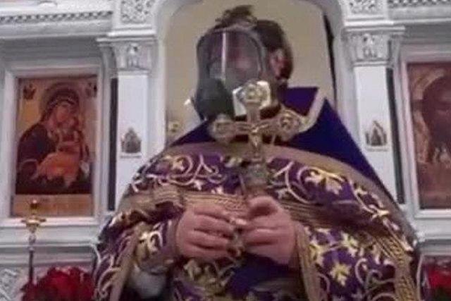 Священник в противогазе