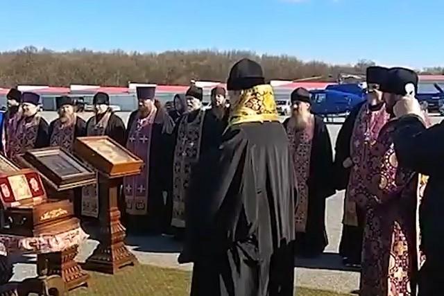 Священник освятил иконы и русские земли от коронавируса