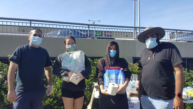 Майкл Гиргис раздает людям туалетную бумагу