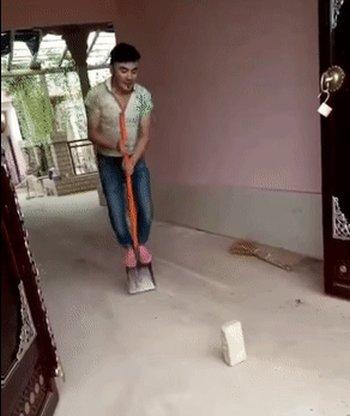 Рабочий прыгает на лопате