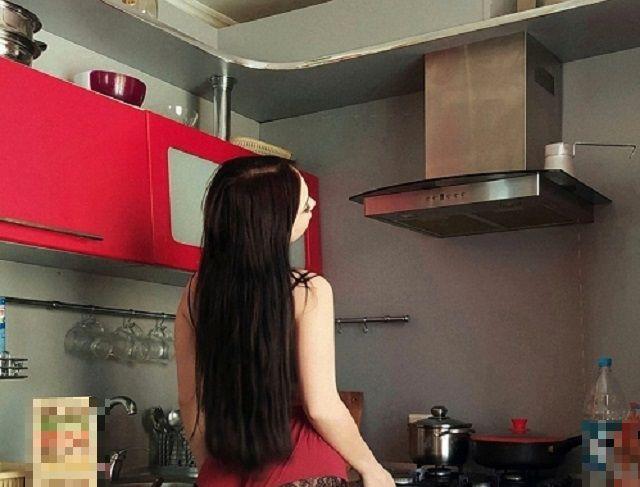 Кристина Азаренок на кухне