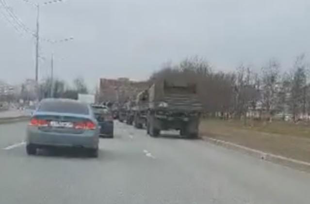 В Санкт-Петербурге заметили колонну военных автомобилей