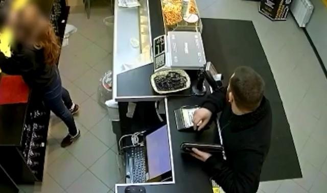 Мужчина в магазине обманывает продавца