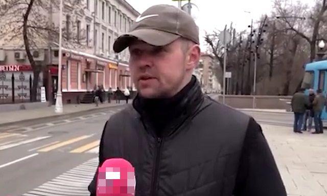 Мужчина дает интервью