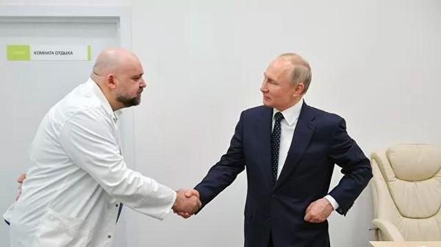 Глааврач больницы в Коммунарке Денис Проценко и президент Владимир Путин