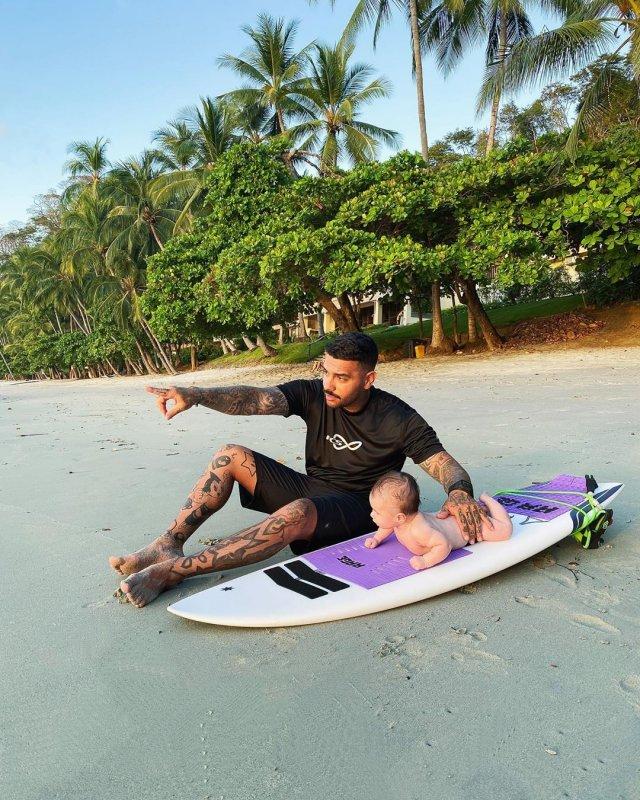 Тимати с ребенком на пляже