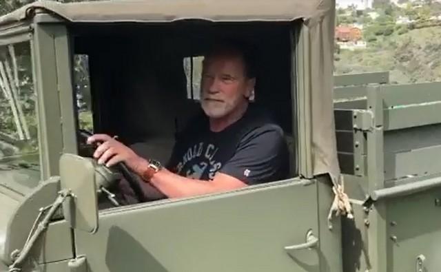 Арнольд Шварценеггер за рулем