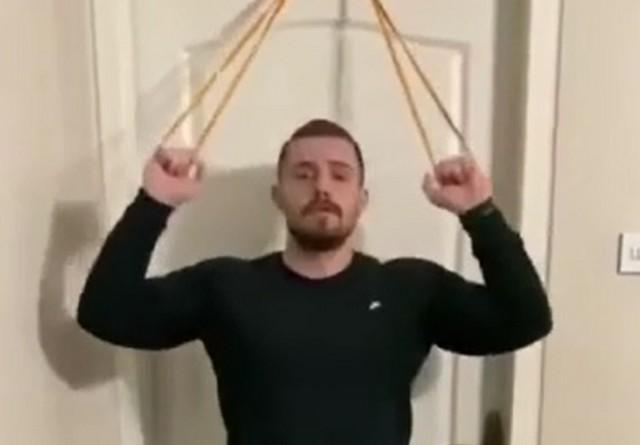 Мужчина-спортсмен занимается дома
