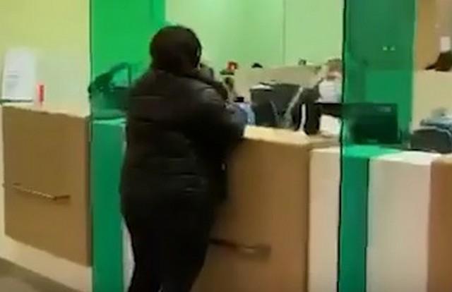 Девушка в отделении Сбербанка