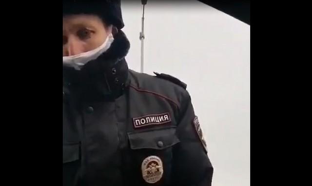 Сотрудник полиции в маске