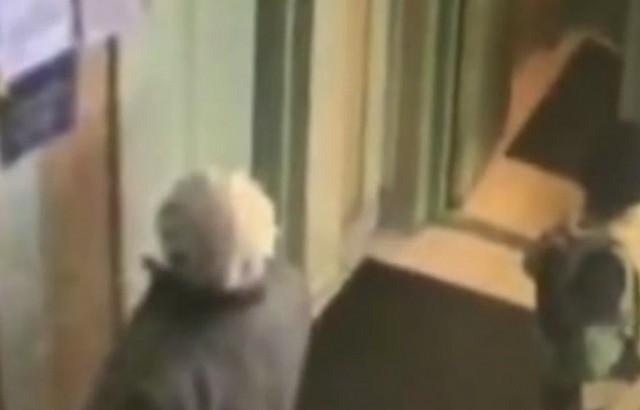 Женщина-блокадница в подъезде у лифта