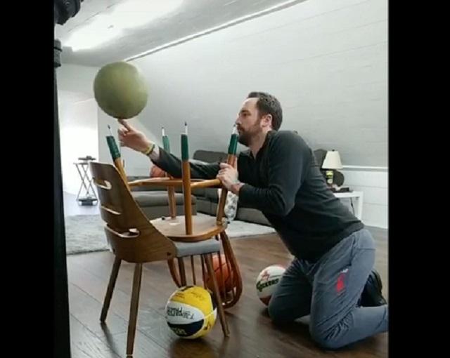 Мужчина крутит мяч