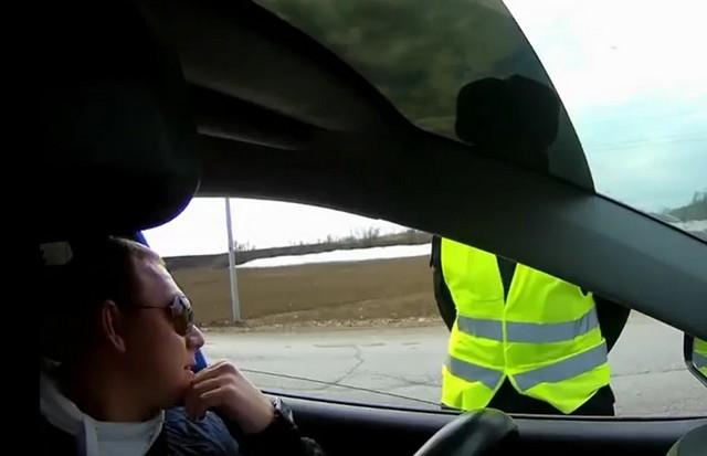 Водитель разговаривает с работником