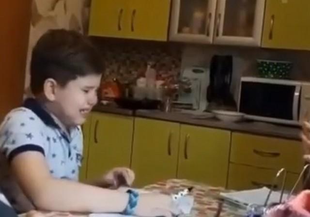 Школьник плачет за столом