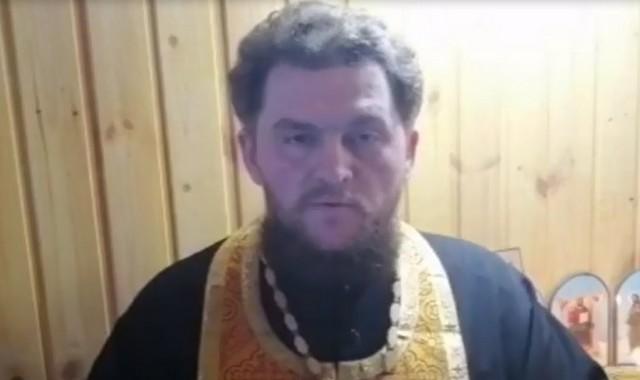 Священник читает молитвы по интернету