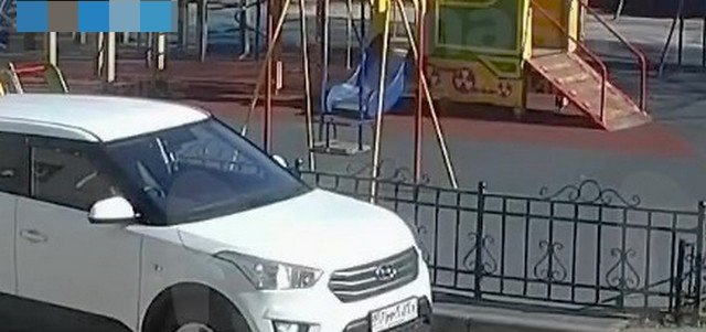Автомобиль и детская площадка