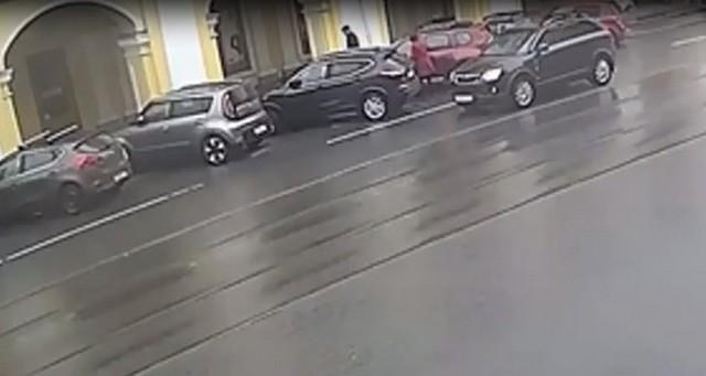 Автомобили припаркованы у Гостиного двора