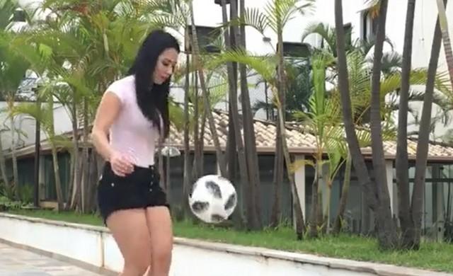 Девушка чеканит мяч