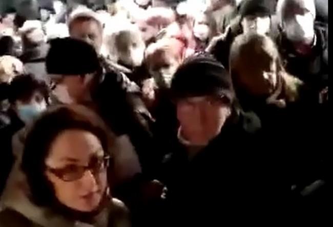 Люди толпятся у входа в московское метро