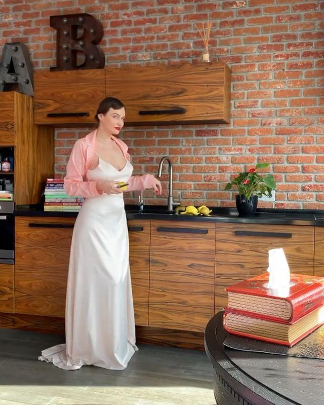Алена Водонаева на кухне в платье