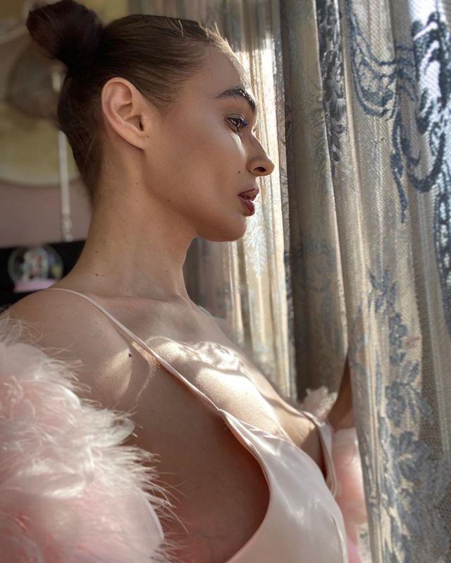 Алена Водонаева в розовом костюме