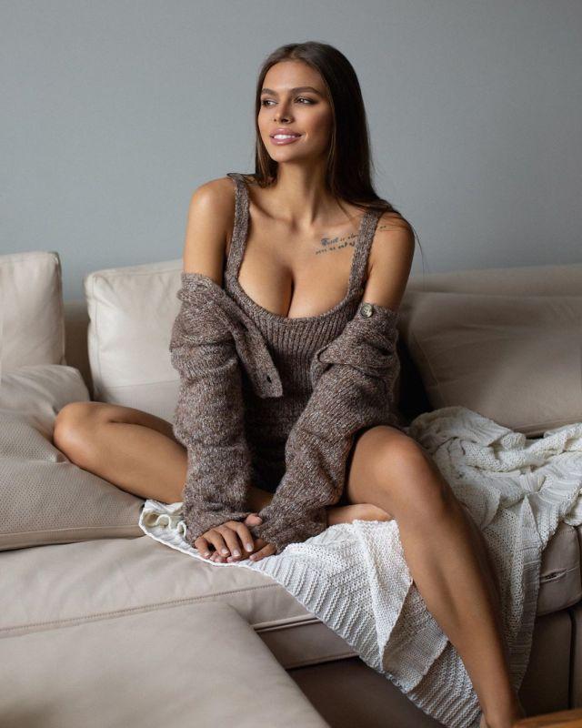 Виктория Одинцова на диване