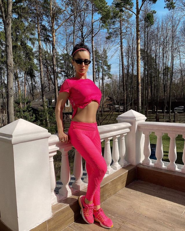 Тина Канделаки в розовом спортивном костюме