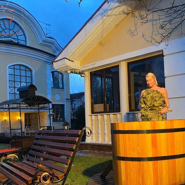 Анастасия Волочкова в купели