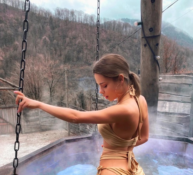 Маша Вэй в золотом купальнике