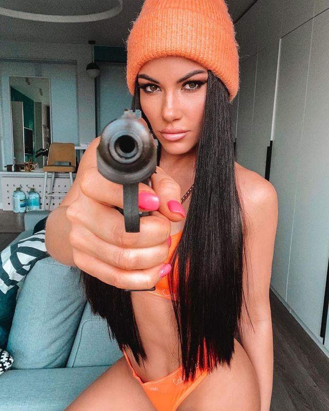 Любовь Сидоркина с пистолетом