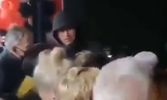 Люди на входе в ТЦ