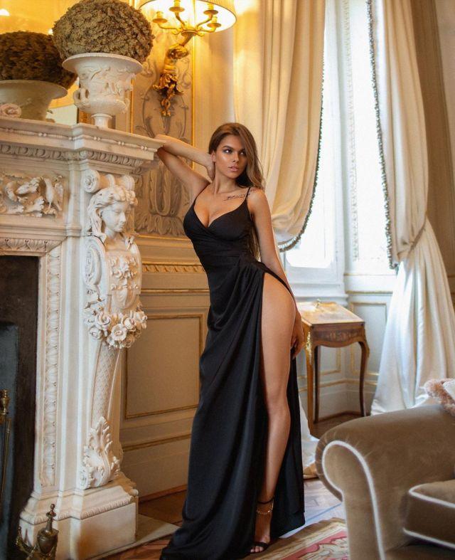 Виктория Одинцова в платье с вырезом